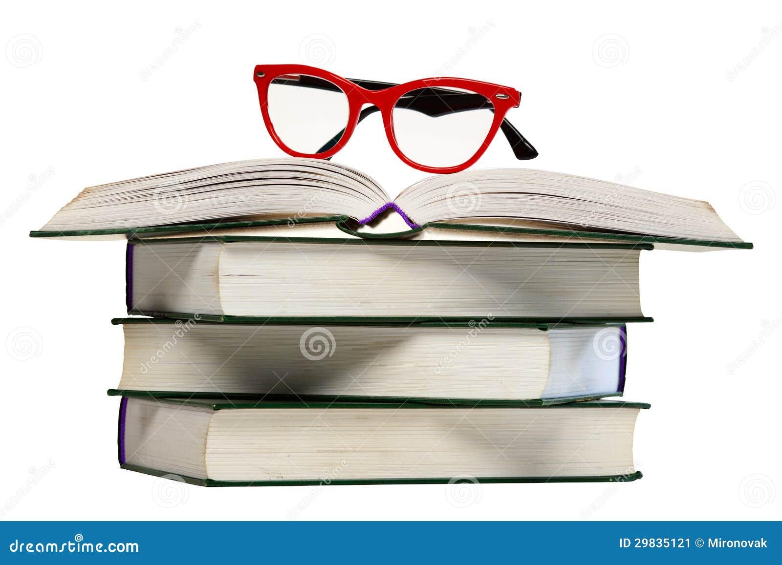 Vidros vermelhos no livro aberto