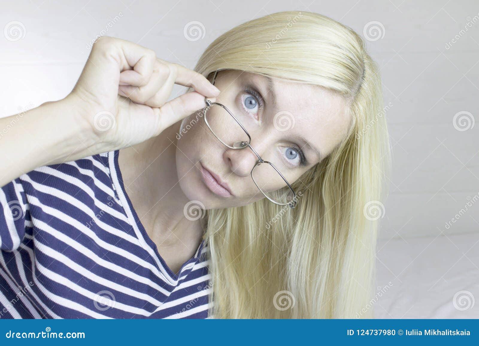 Vidros vestindo da mulher loura bonito bonita emocional, luz - cinza