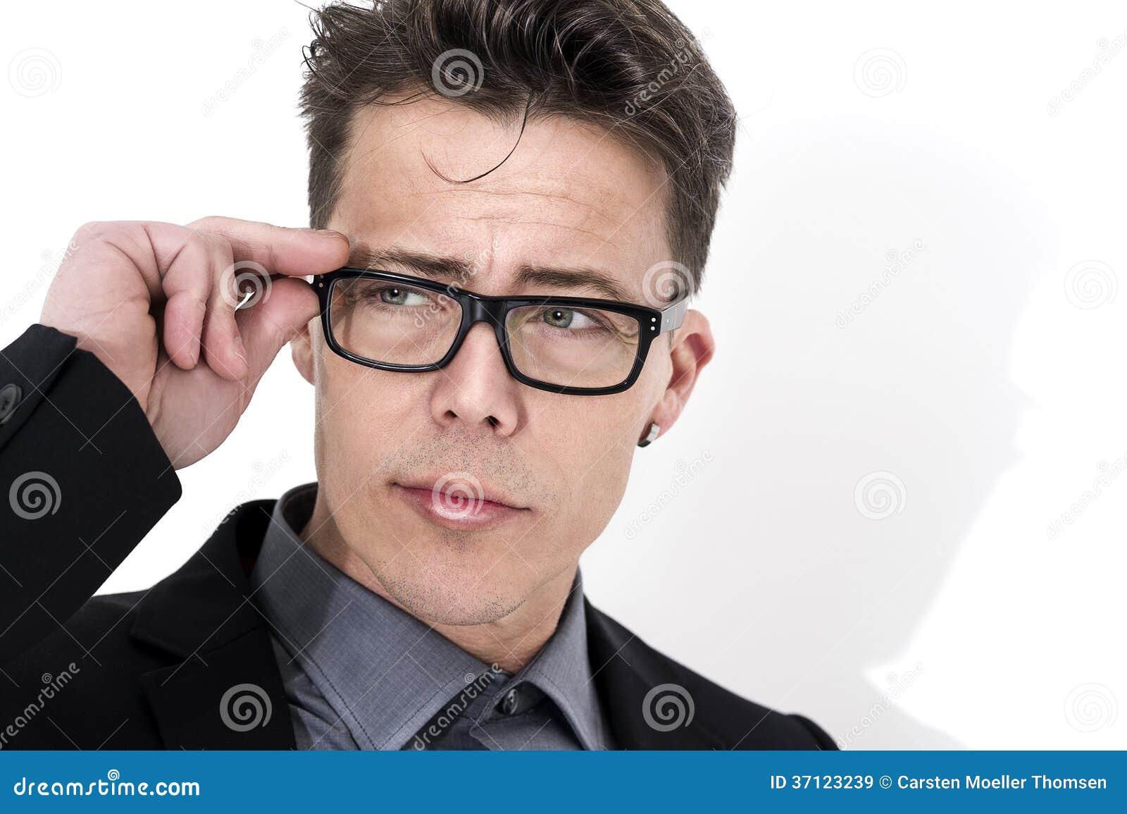 Vidros vestindo do homem de negócios novo considerável