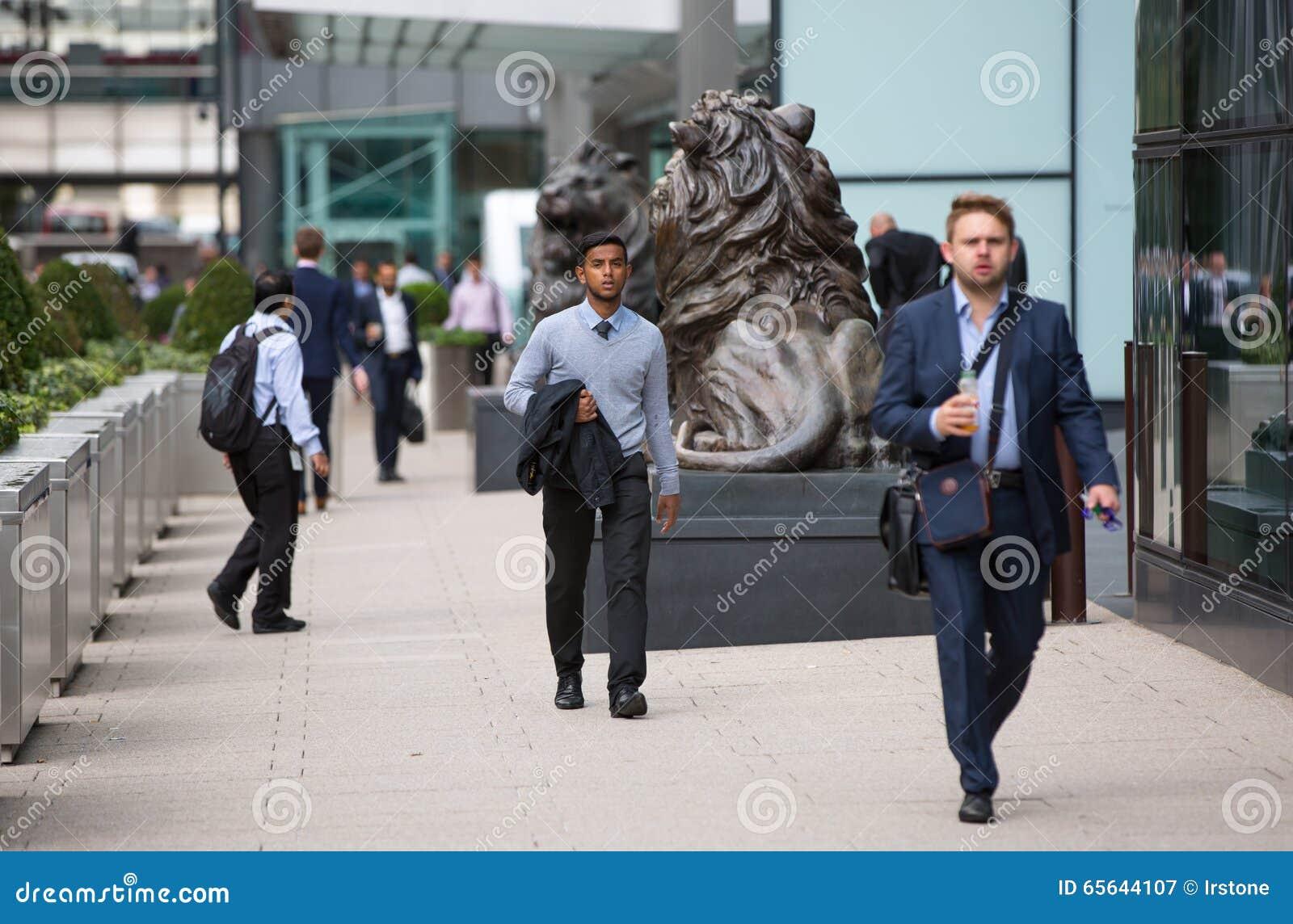 Vie d entreprise de Canary Wharf Groupe de gens d affaires allant travailler