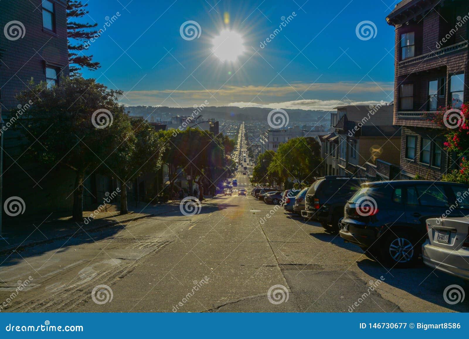 Vie del cielo blu di ora legale di San Francisco