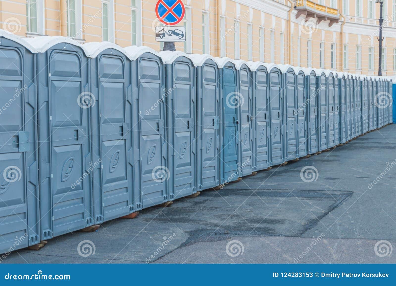 Vie della città chiusa sulle toilette pubbliche di un lucchetto