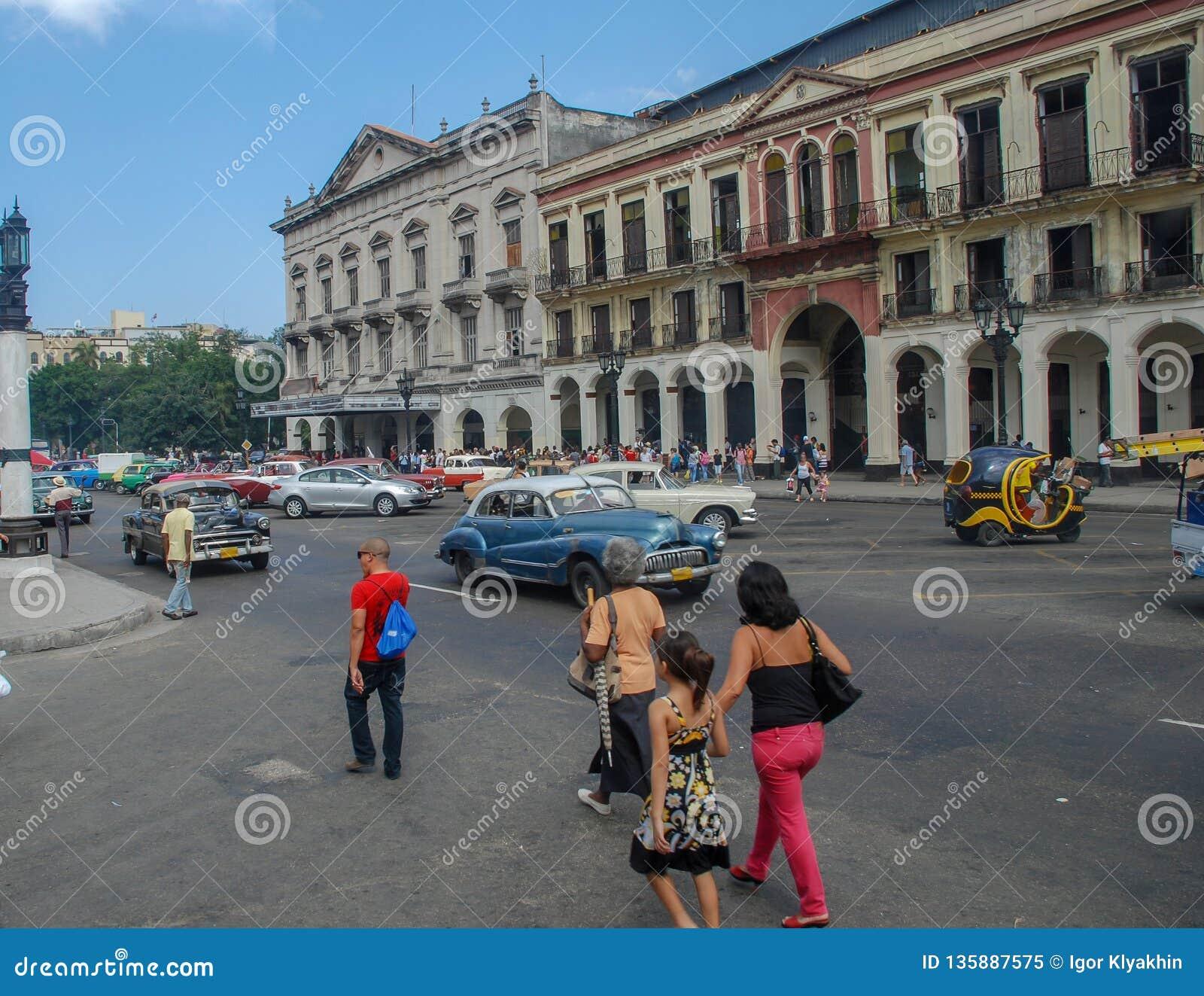Vie di Cuba della città di Avana, la gente, automobili