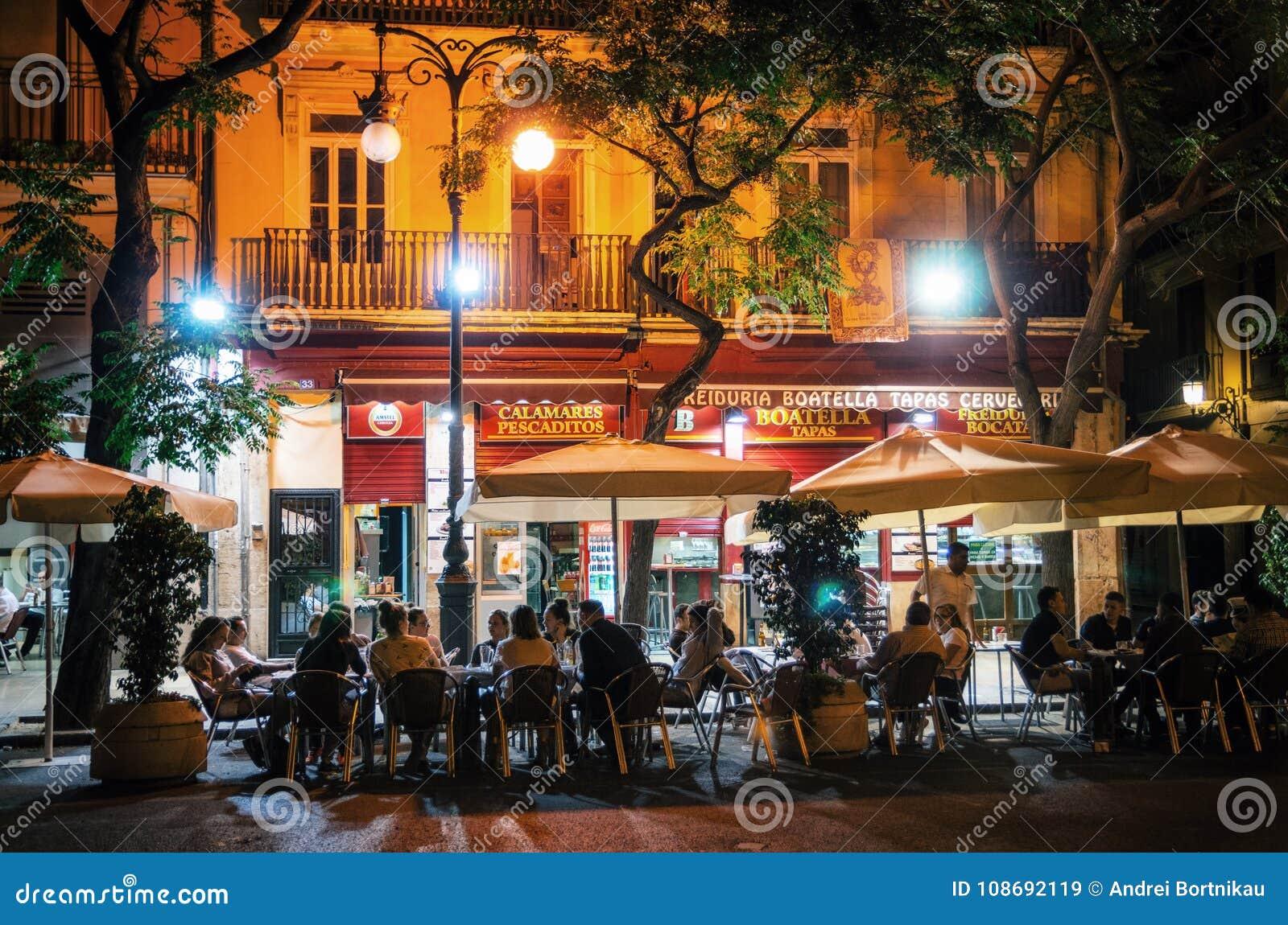 Vie nocturne avec le café à Valence, Espagne