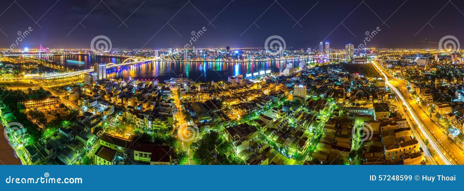 Vie nocturne panoramique de ville de Danang