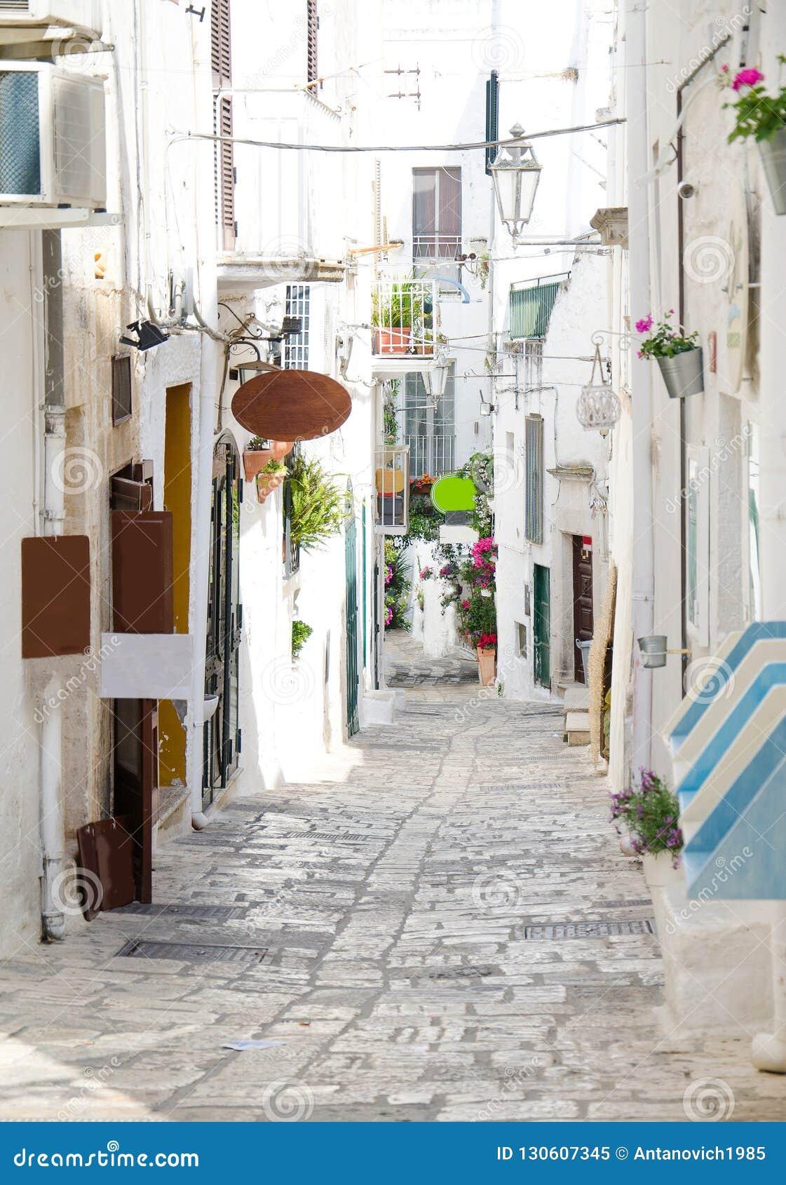 Vie strette della città con le costruzioni bianche, Puglia, Ital di Ostuni