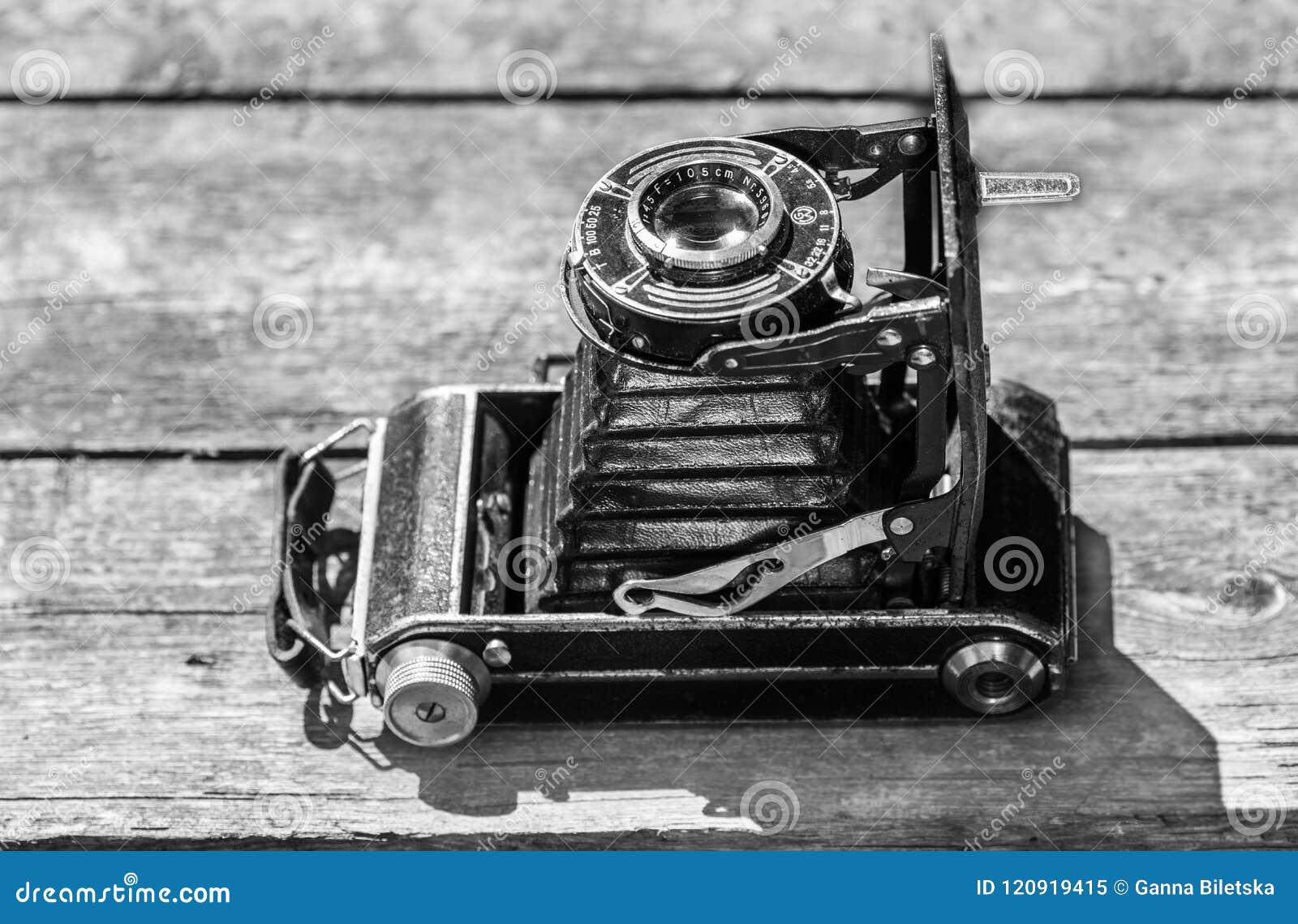 Vieil appareil-photo dans l image d une vieille abstraction de voiture sur un fond en bois Photo noire et blanche d une vieille a