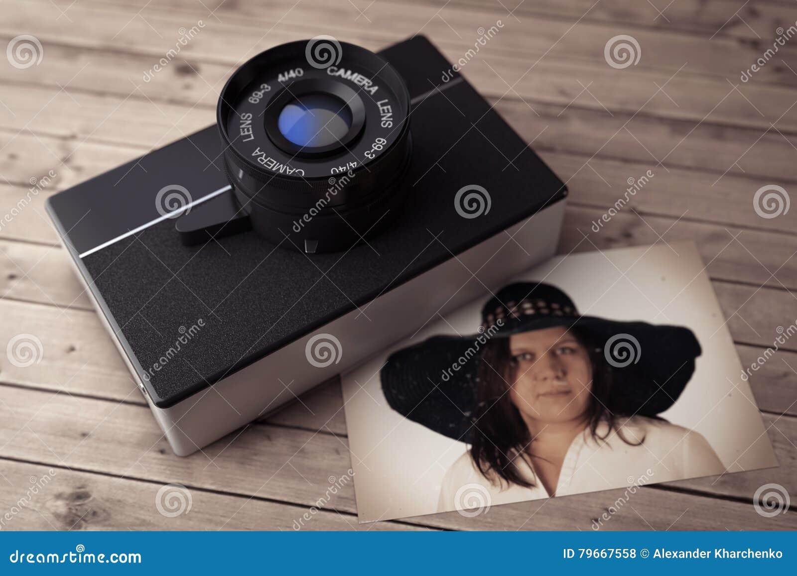 Vieil appareil-photo de photo de vintage avec le portrait de Wooman rendu 3d