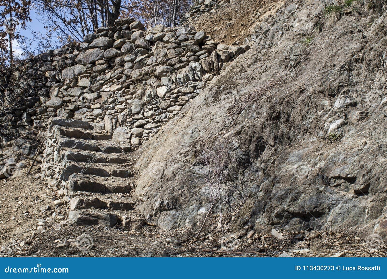 Vieil escalier de roche fabriqué à la main dans une composition