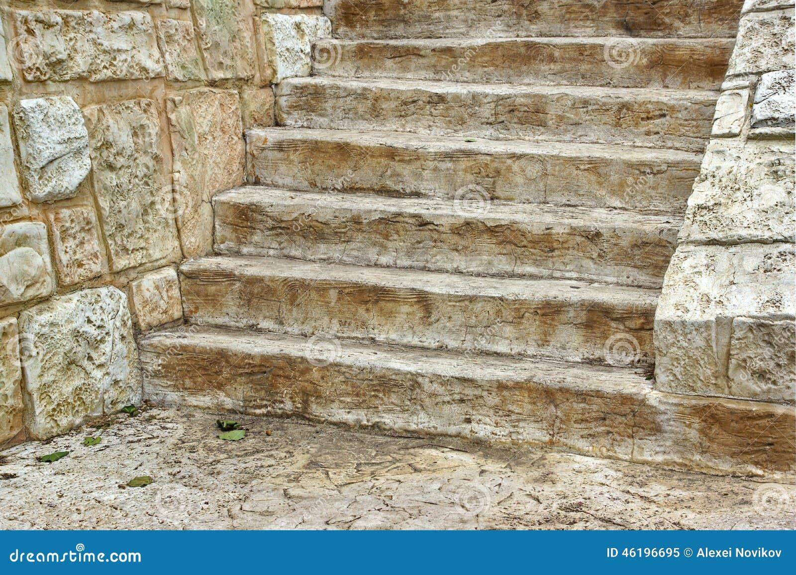 Vieil Escalier En Bois Et Mur En Pierre Image stock - Image du chêne ...