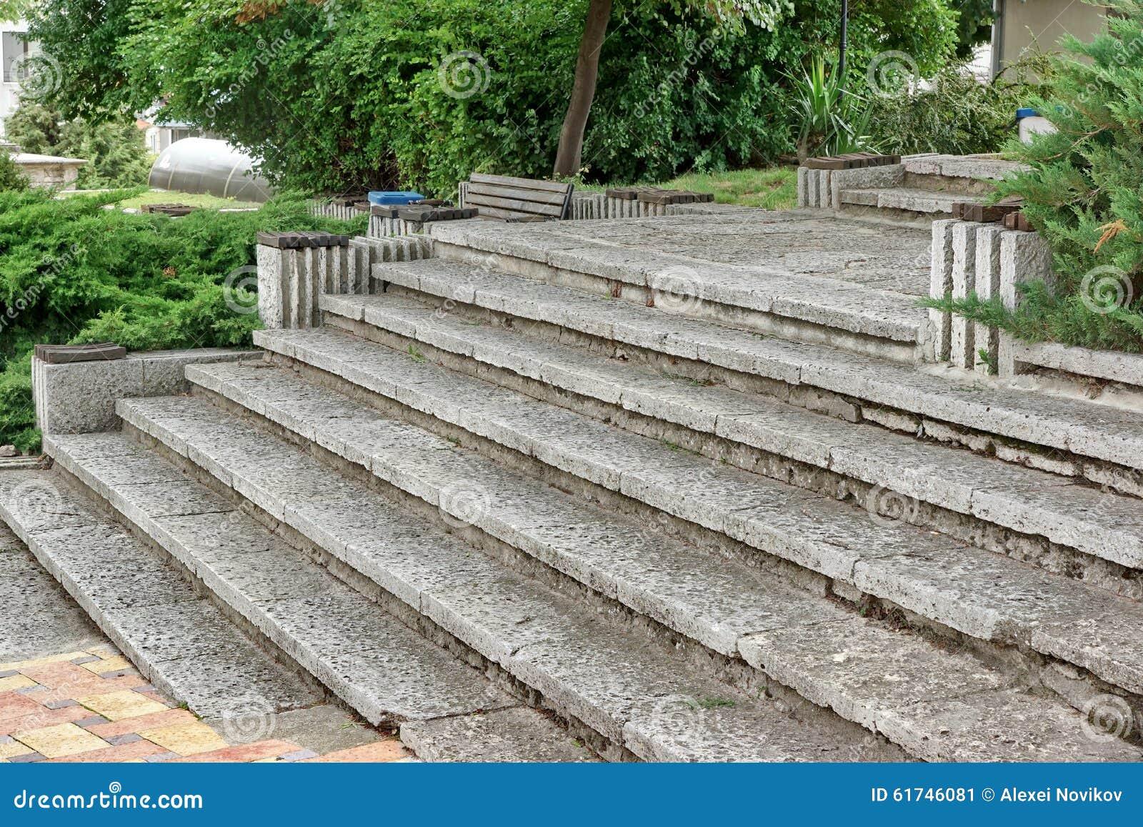 Vieil escalier en pierre ext rieur blanc photo stock for Pierre reconstituee pour escalier exterieur