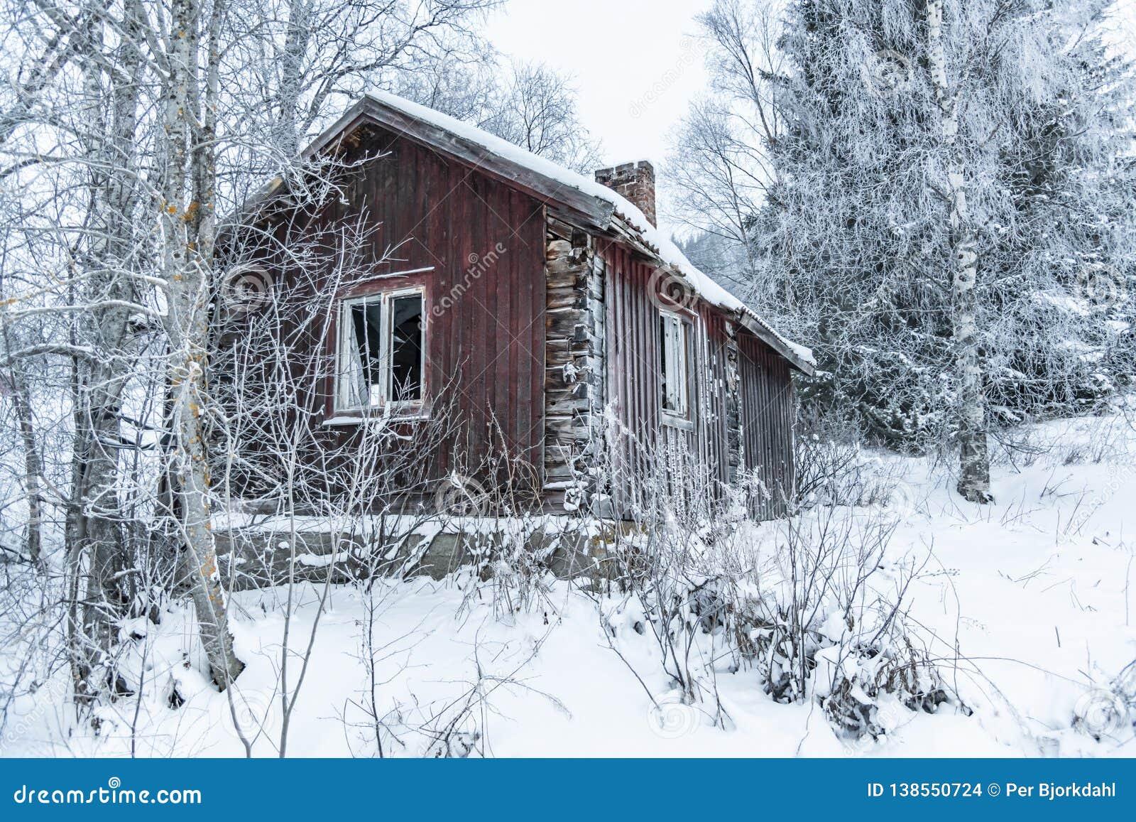 Vieil hiver abandonné Suède de maison de bois de construction