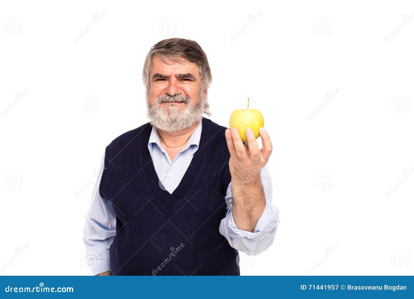Vieil homme avec la pomme dans des mains