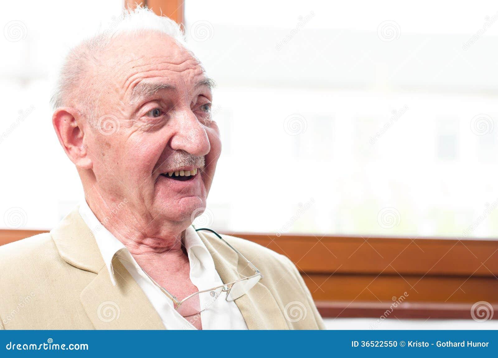Vieil homme de sourire