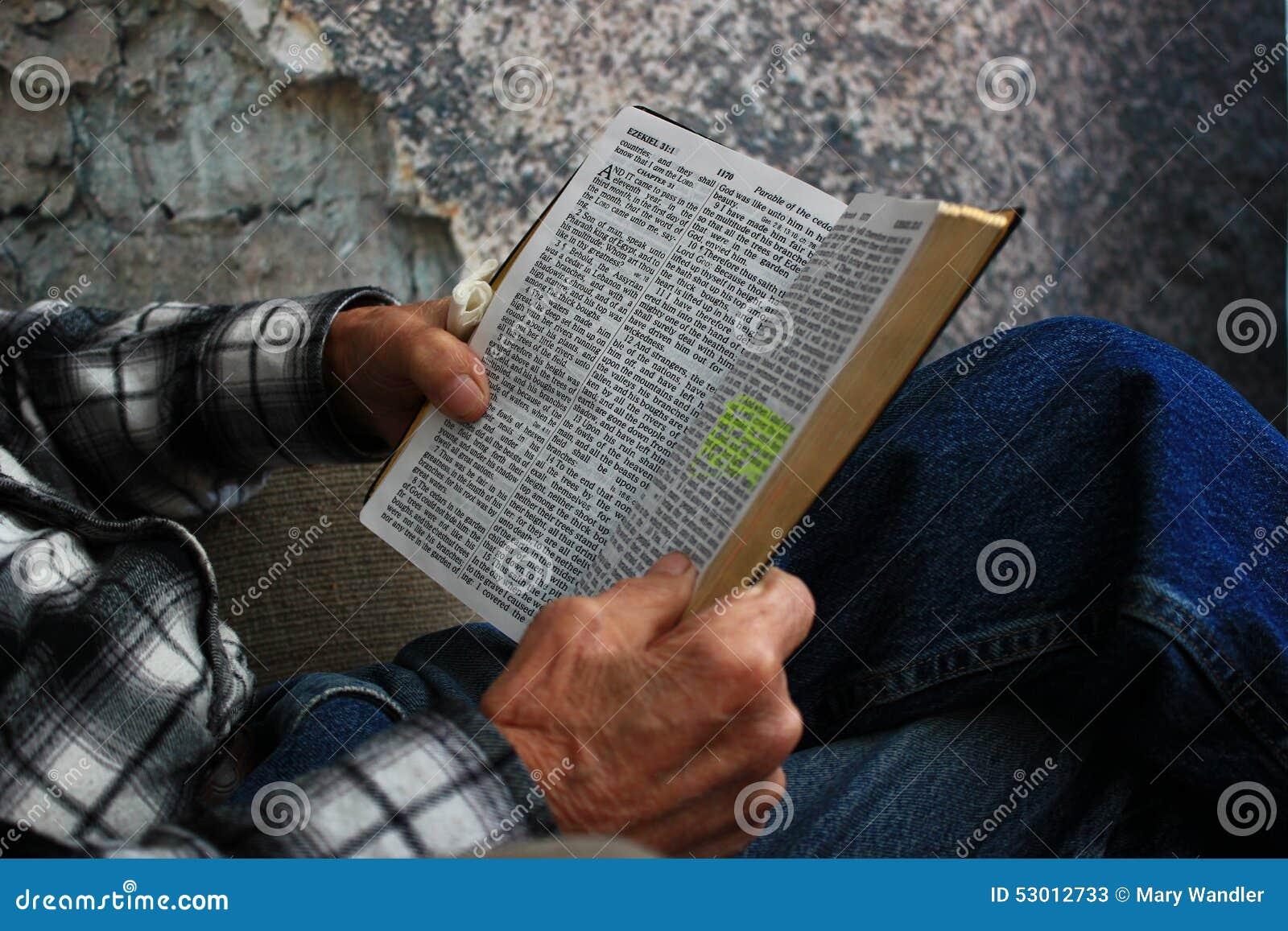 Vieil homme lisant une bible