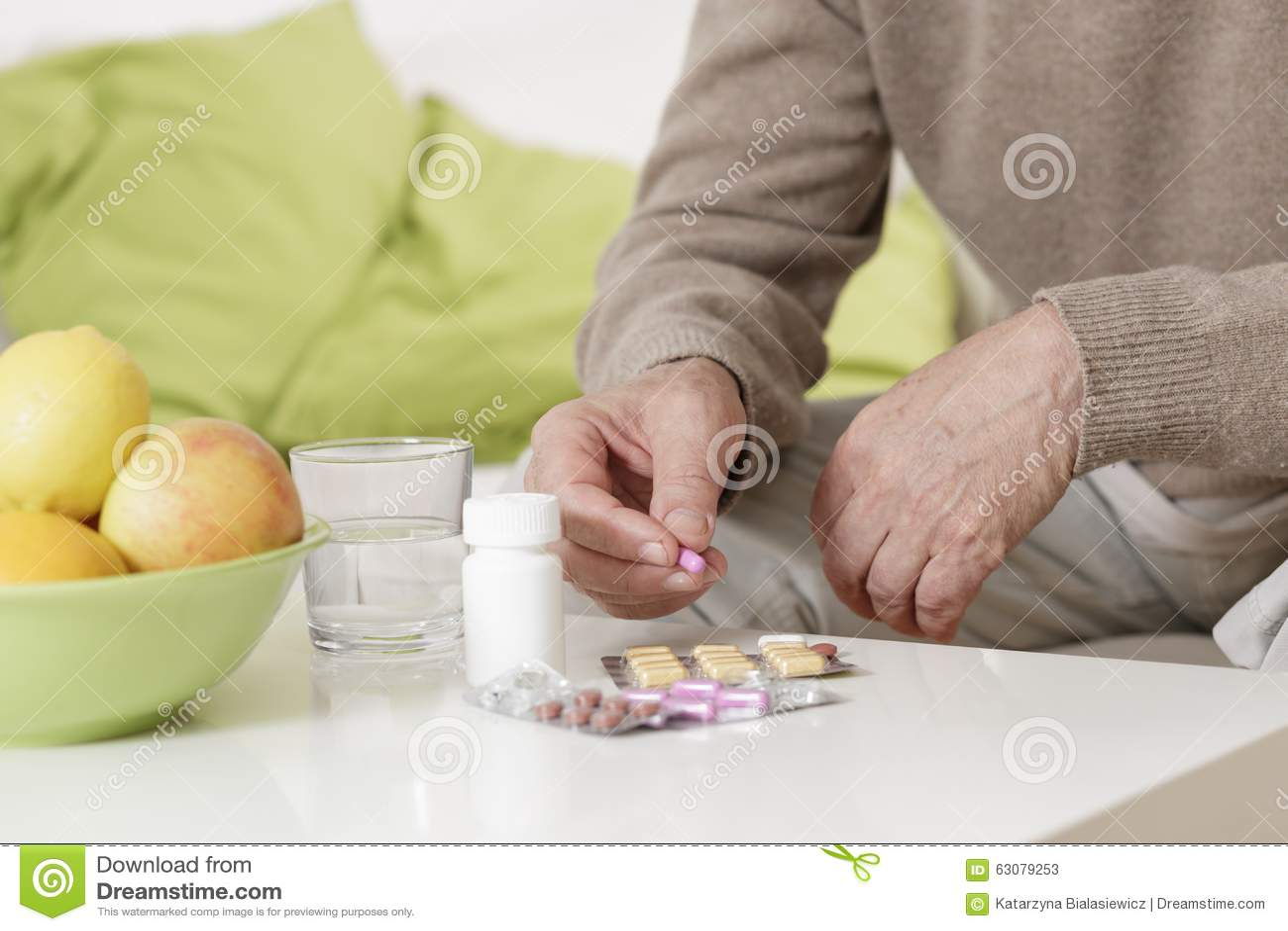 Download Vieil Homme Prenant Des Pilules Image stock - Image du disease, pharmacie: 63079253