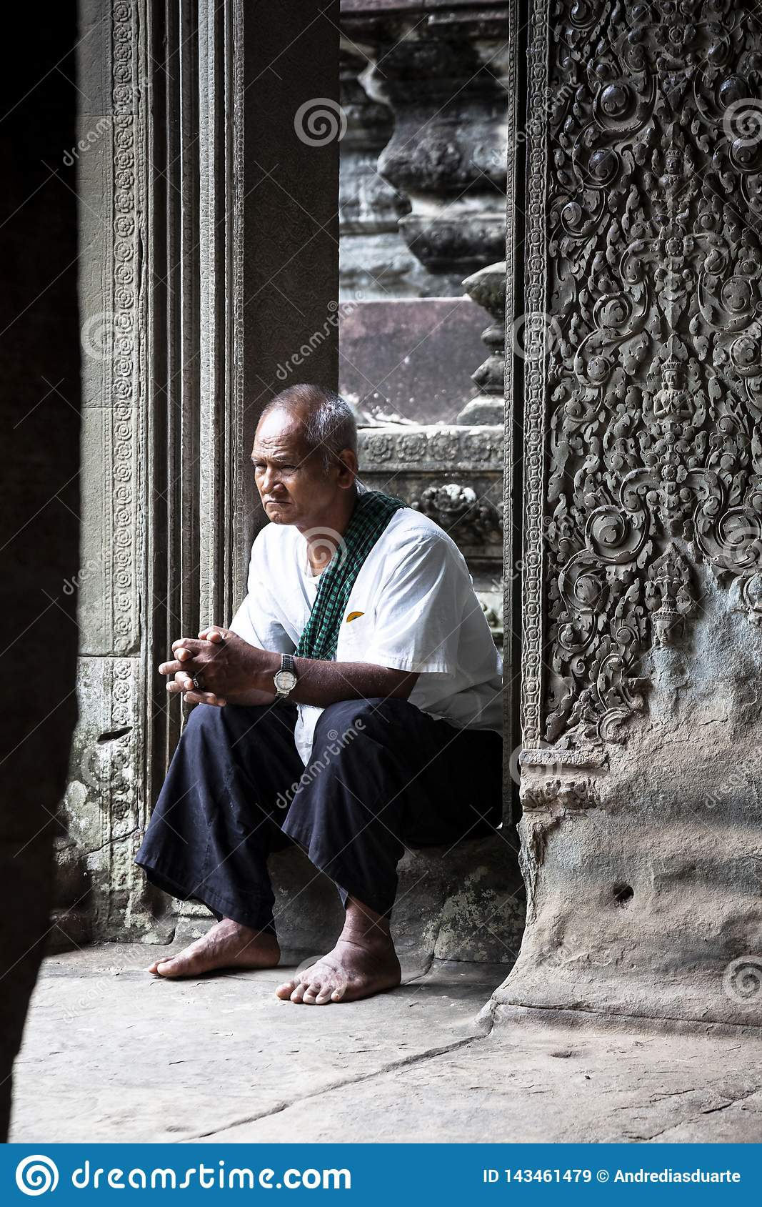 Vieil homme s asseyant dans un temple en pierre