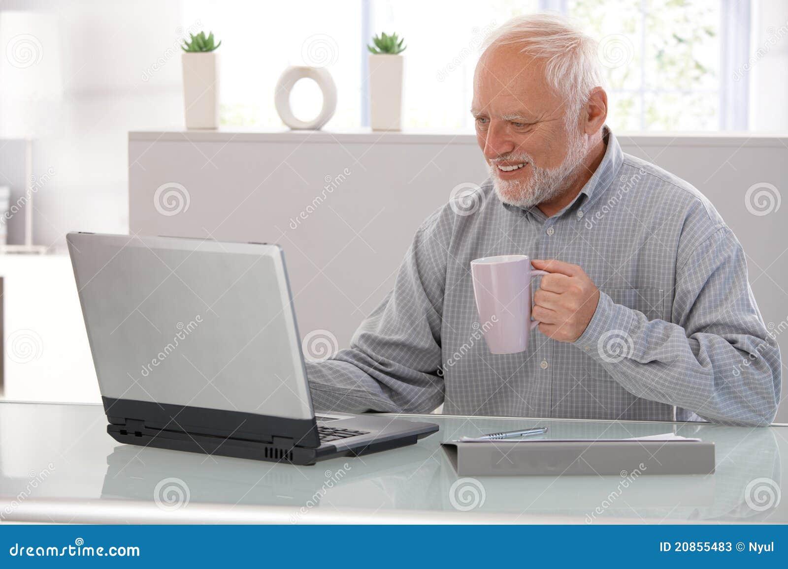Vieil Homme Travaillant Au Sourire D'ordinateur Portatif Image stock -  Image du vieil, portatif: 20855483