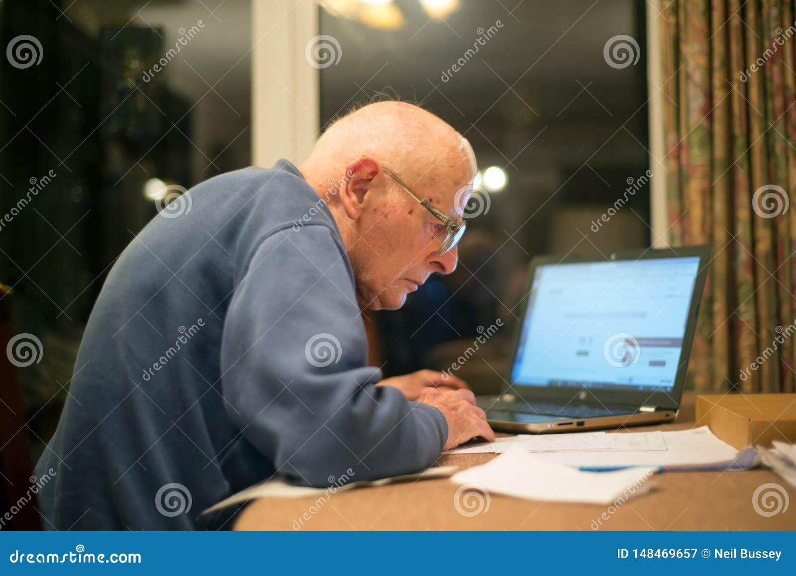 Vieil homme utilisant un ordinateur, Hampshire, Angleterre, U k