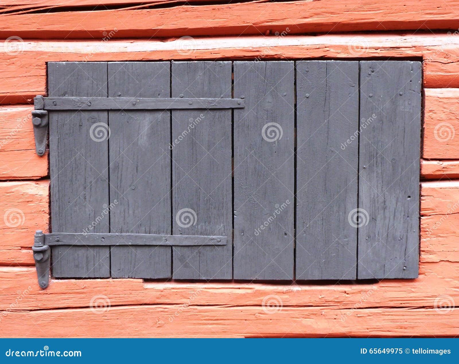 Vieil hublot en bois de grange