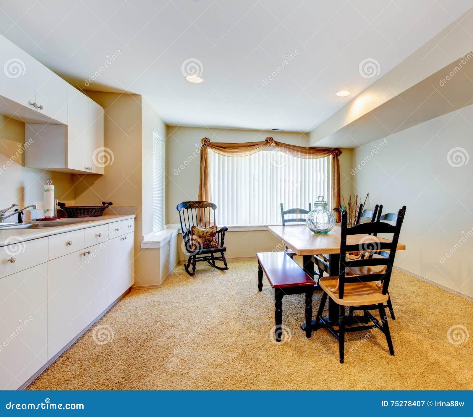 Vieil int rieur blanc et en bois simple de cuisine avec la - Interieur blanc et lumineux ...