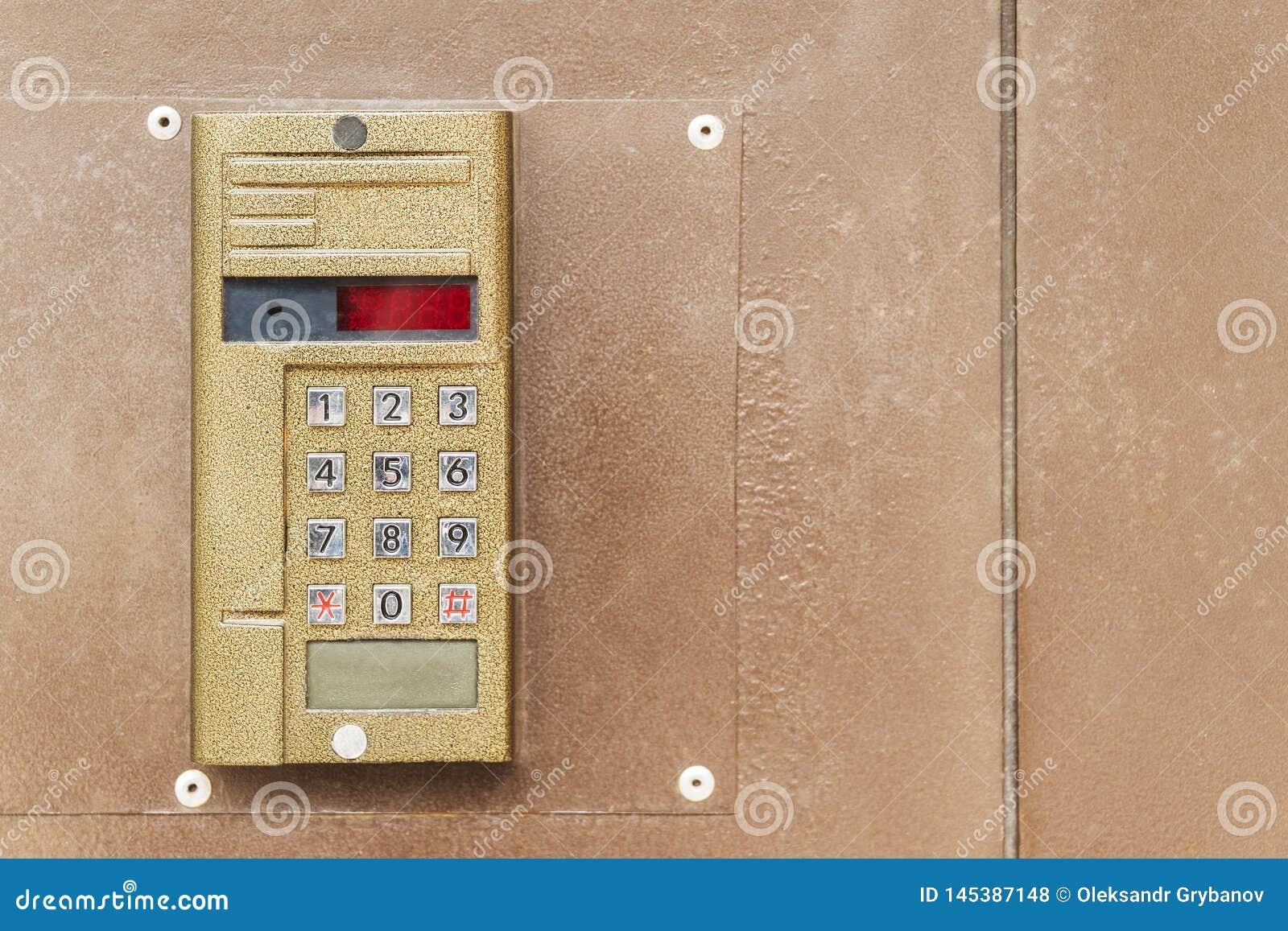 Vieil interphone sur la porte