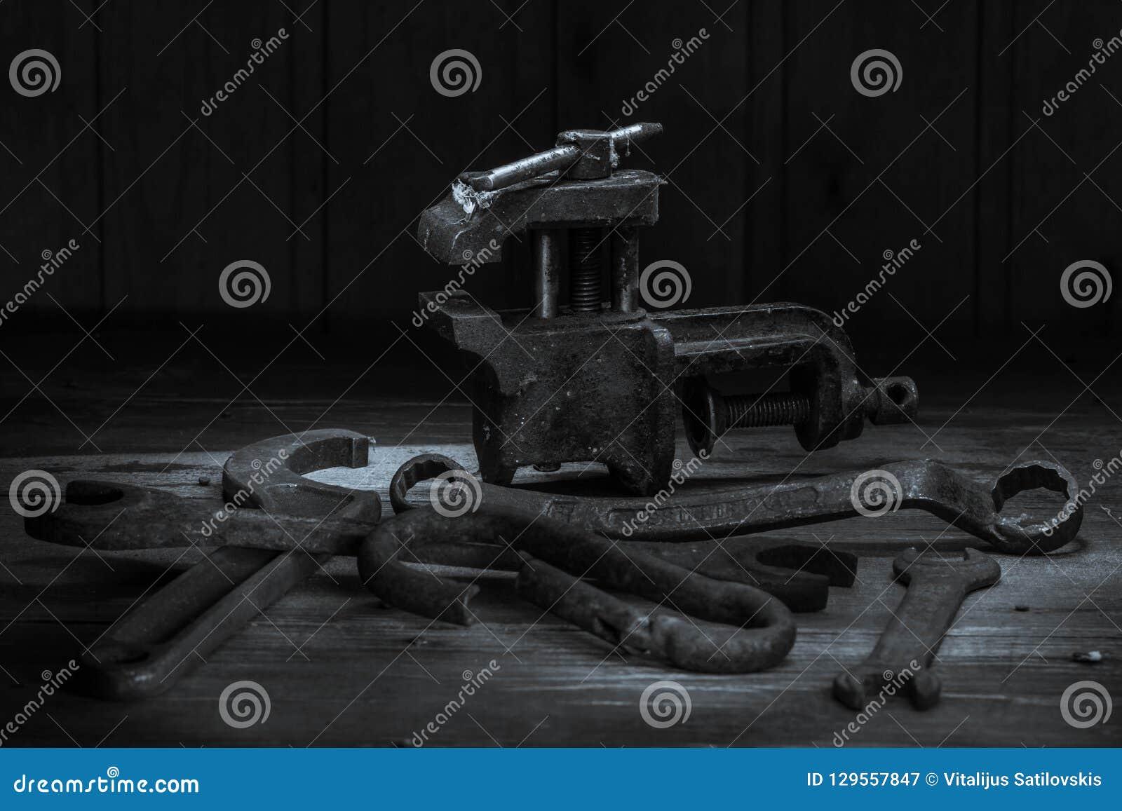 Vieil outil rouillé dans la chambre noire, endroit totalement sombre, jouant avec des lumières, vieille substance, vice, clés sur