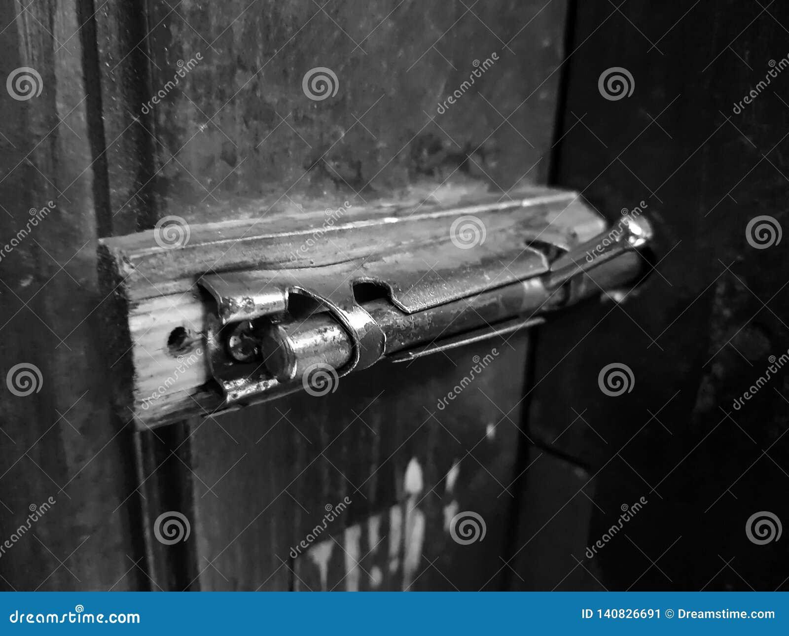 Vieil verrou ou estacade à claire-voie sur une porte en bois