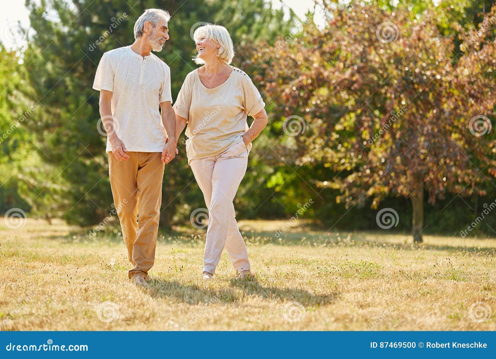 Vieillards heureux dans la marche d amour