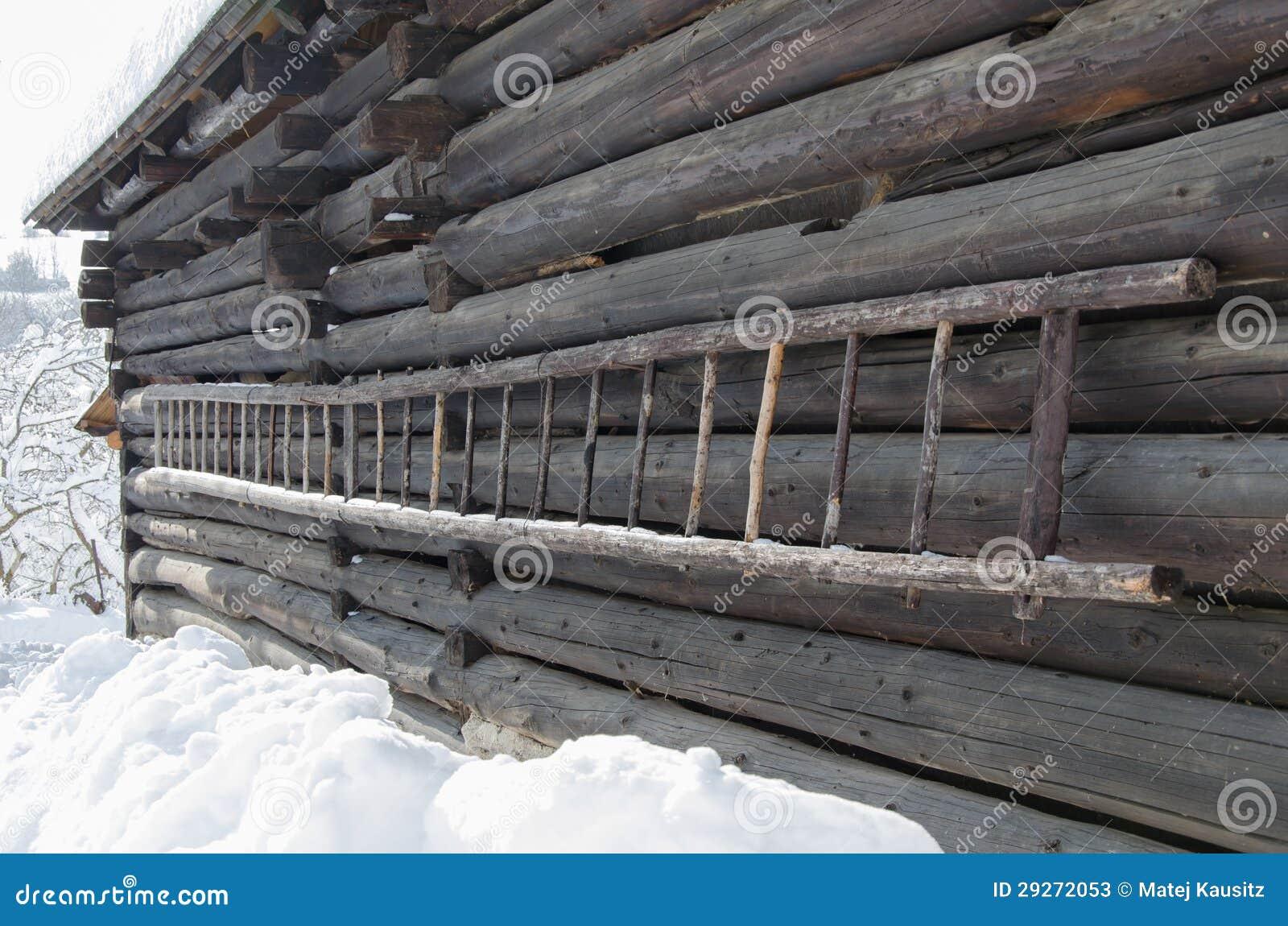 vieille chelle en bois sur un cottage image stock image. Black Bedroom Furniture Sets. Home Design Ideas