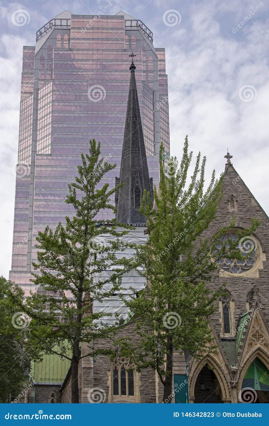 Vieille église et ayant beaucoup d étages moderne