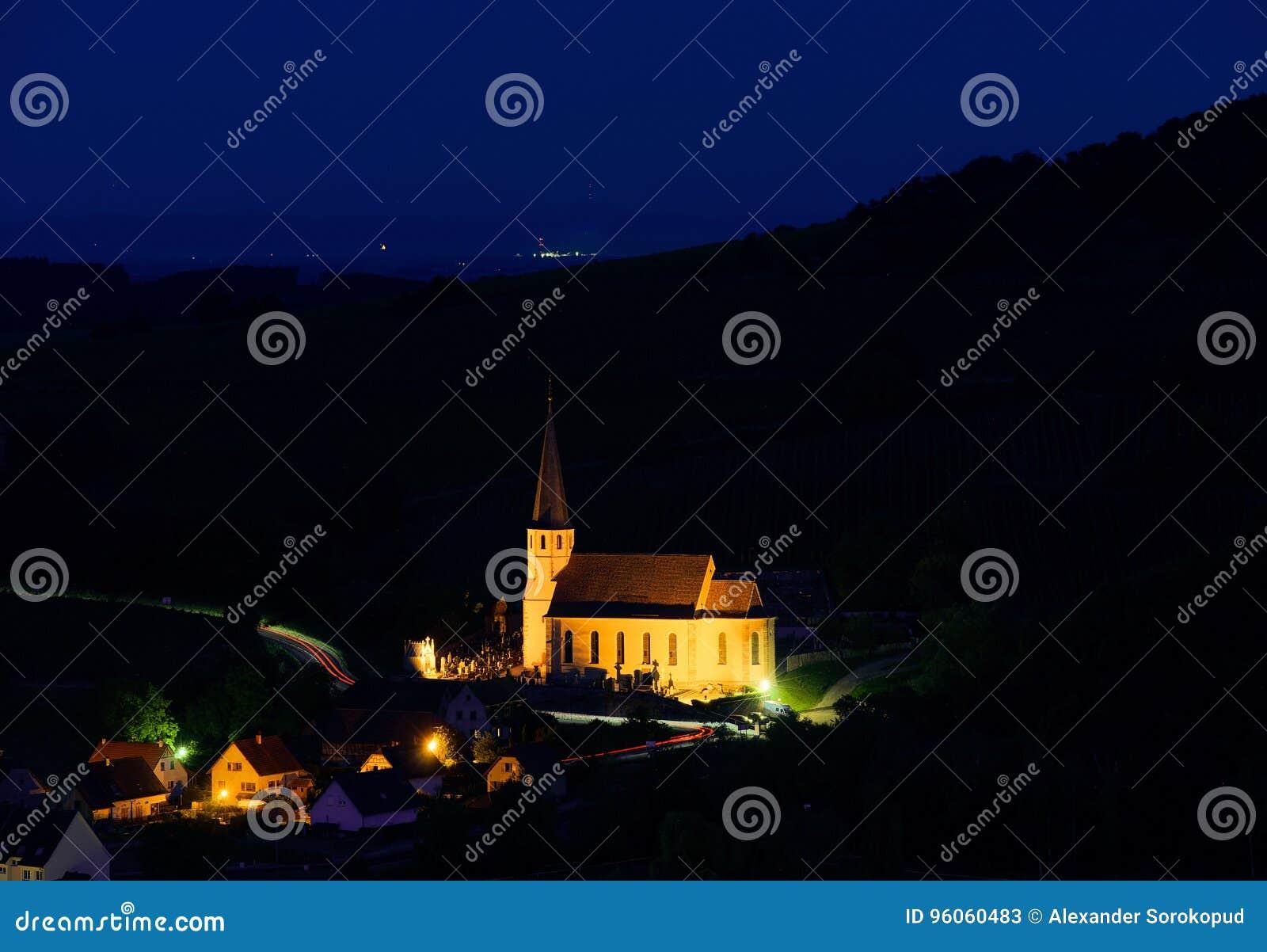 Vieille église majestueuse dans le petit village français Andlau