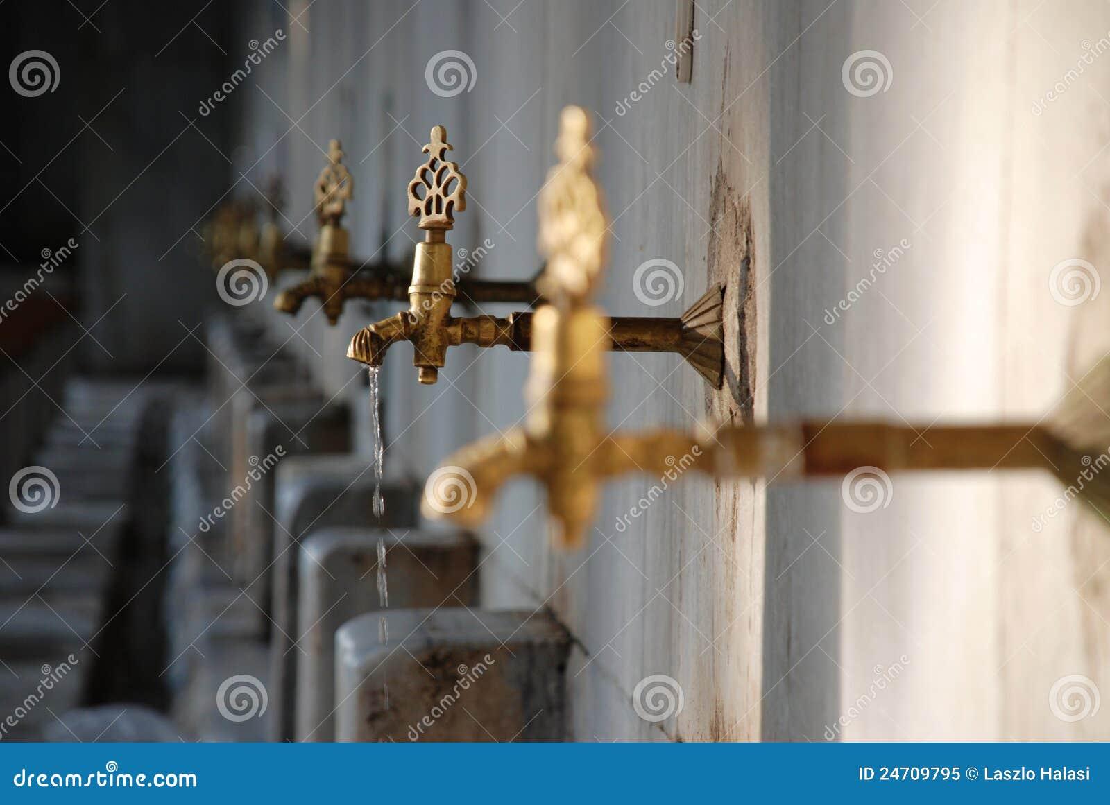 Vieille égoutture rouillée de prise d eau