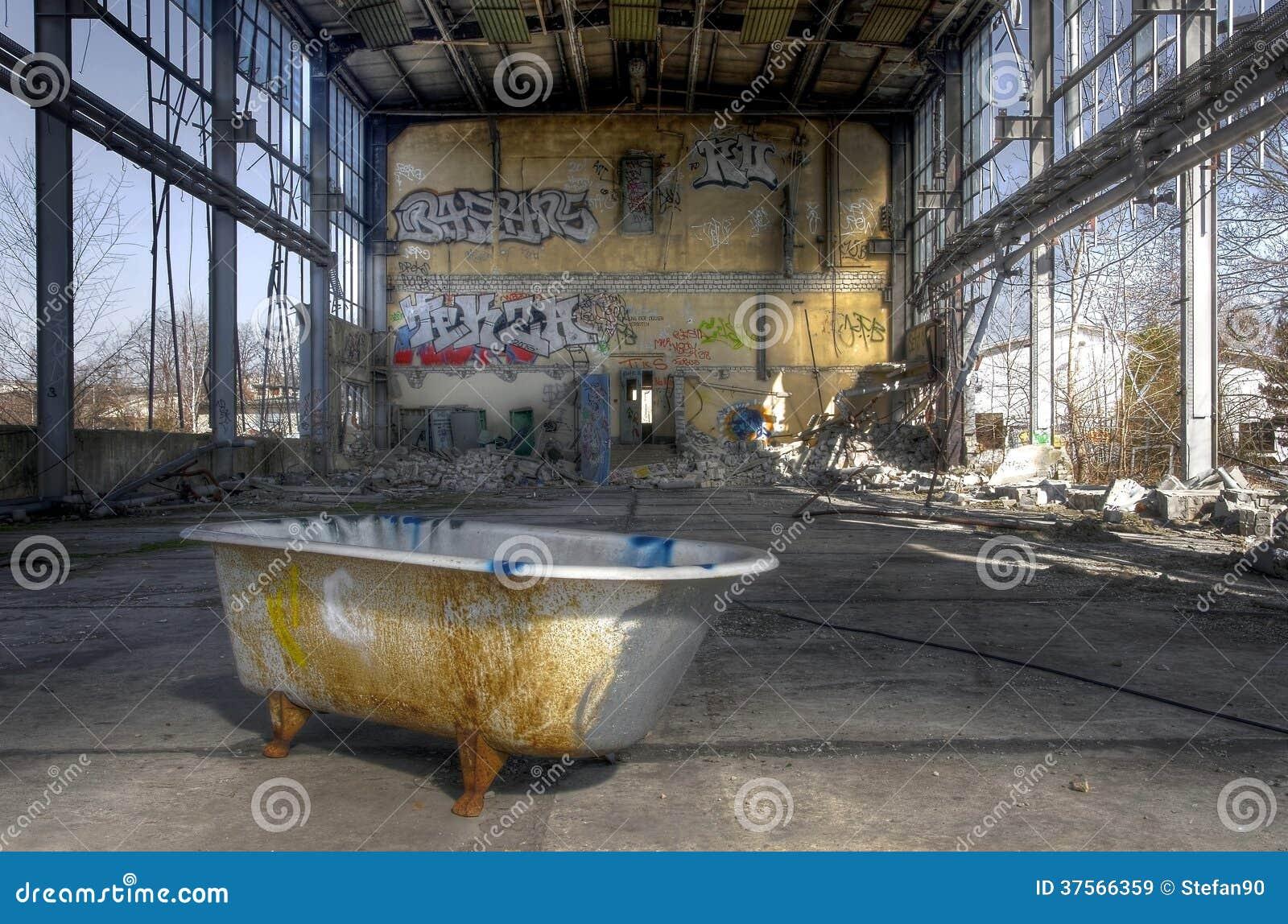 Génial Que Faire Avec Une Vieille Baignoire vieille baignoire image stock. image du abandonné, ville - 37566359