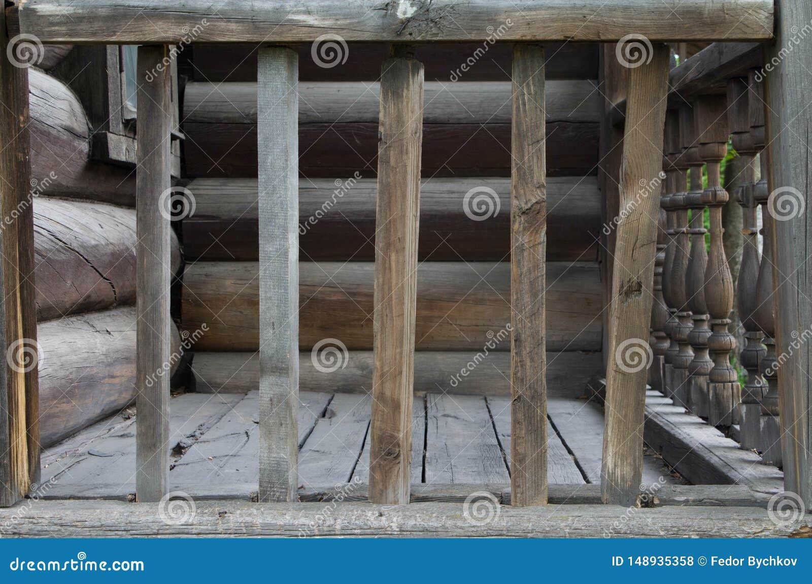 Vieille balustrade en bois pr?s de la maison