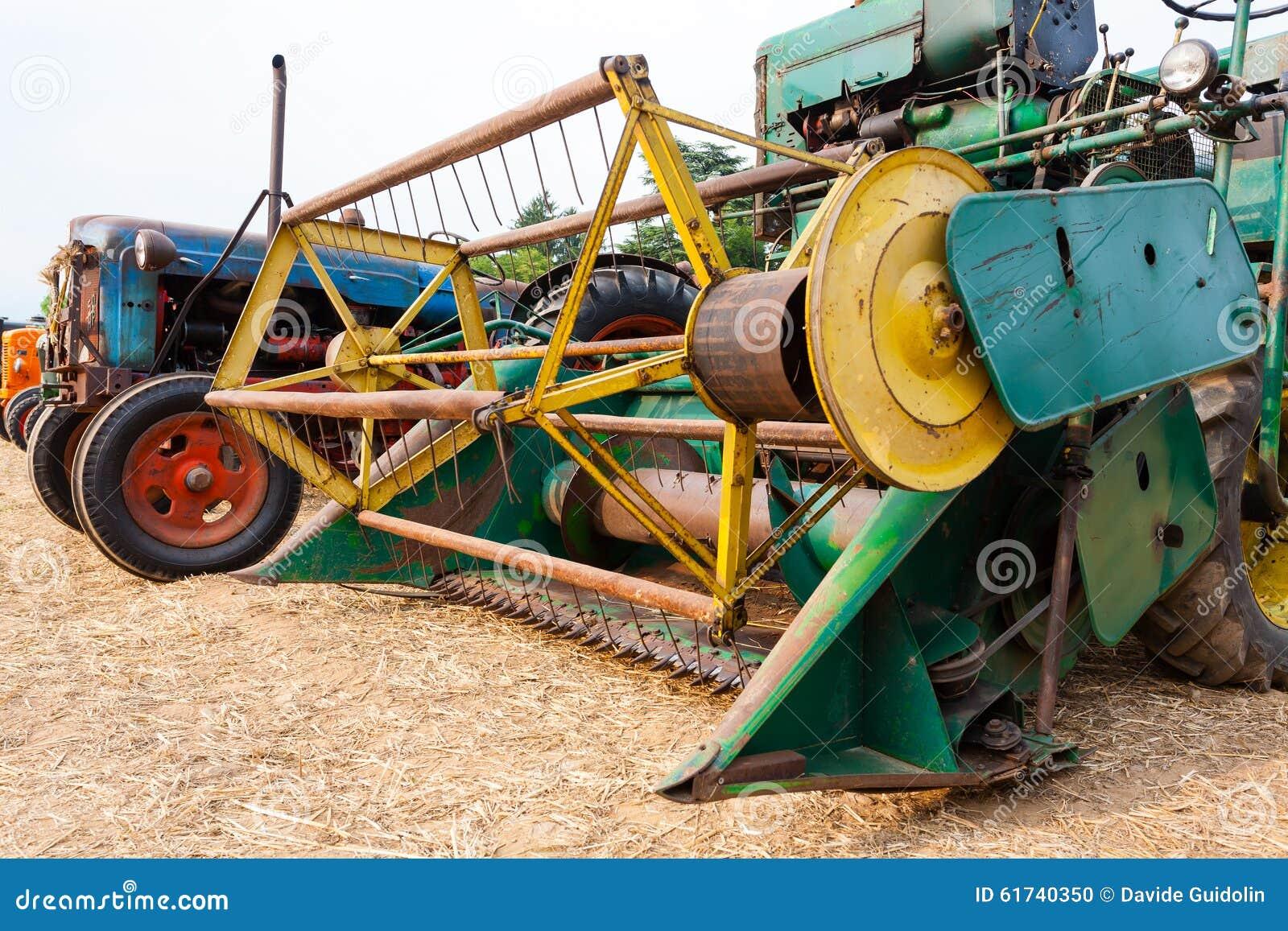 Vieille batteuse de grain