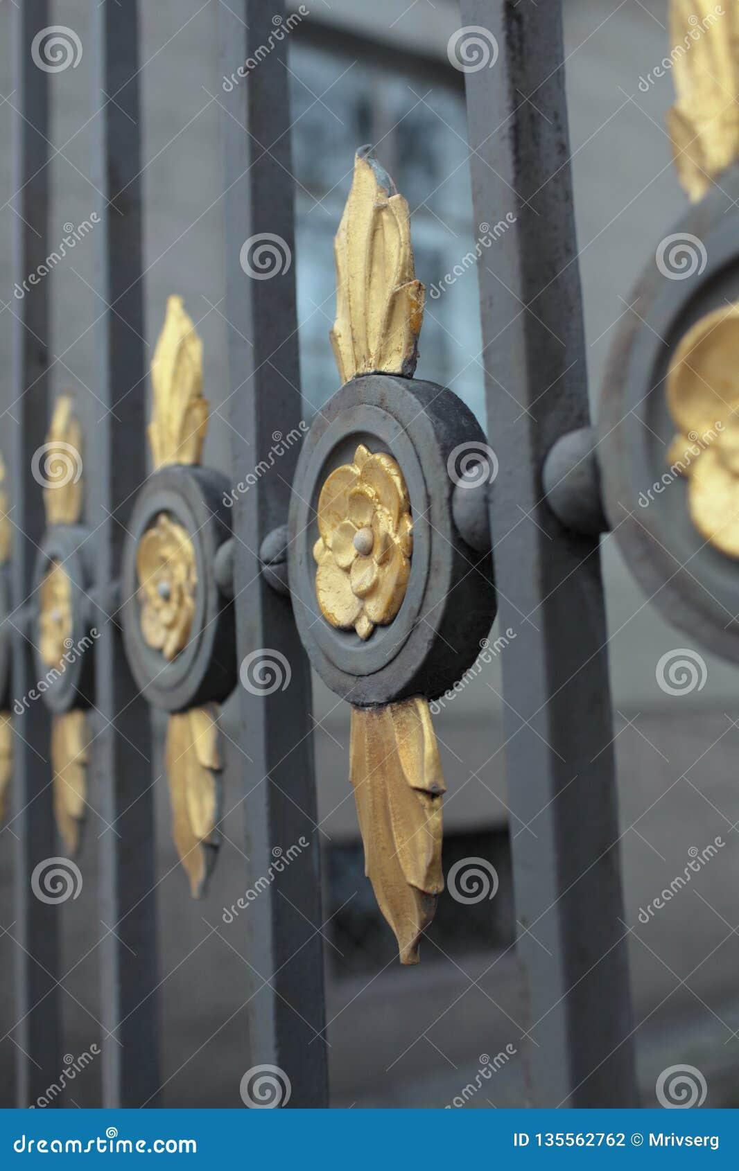 Vieille belle et durable barrière en acier