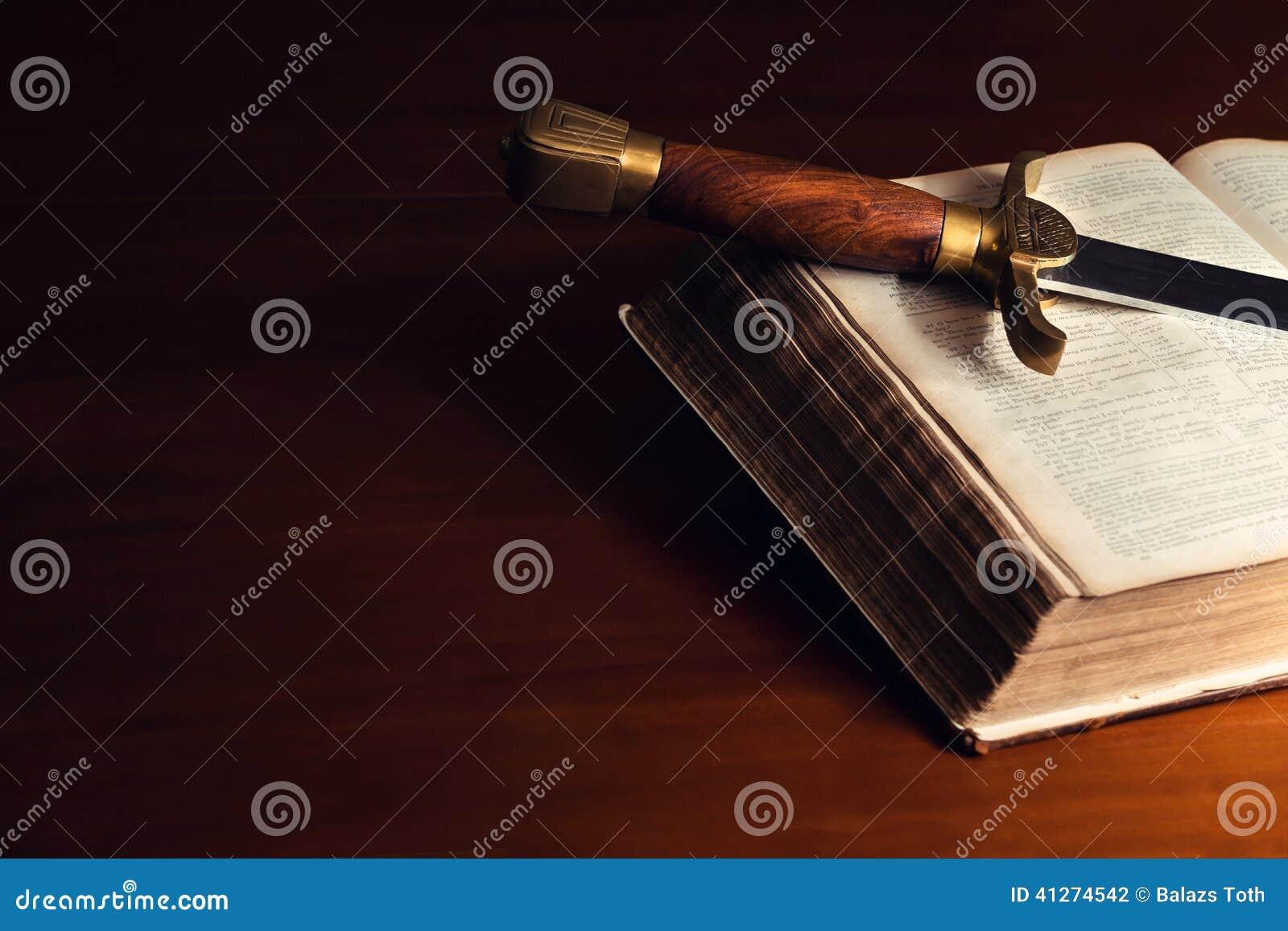 Vieille bible ouverte avec l épée
