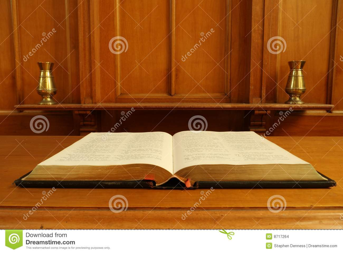vieille bible ouverte sur la table de communion photo stock - image
