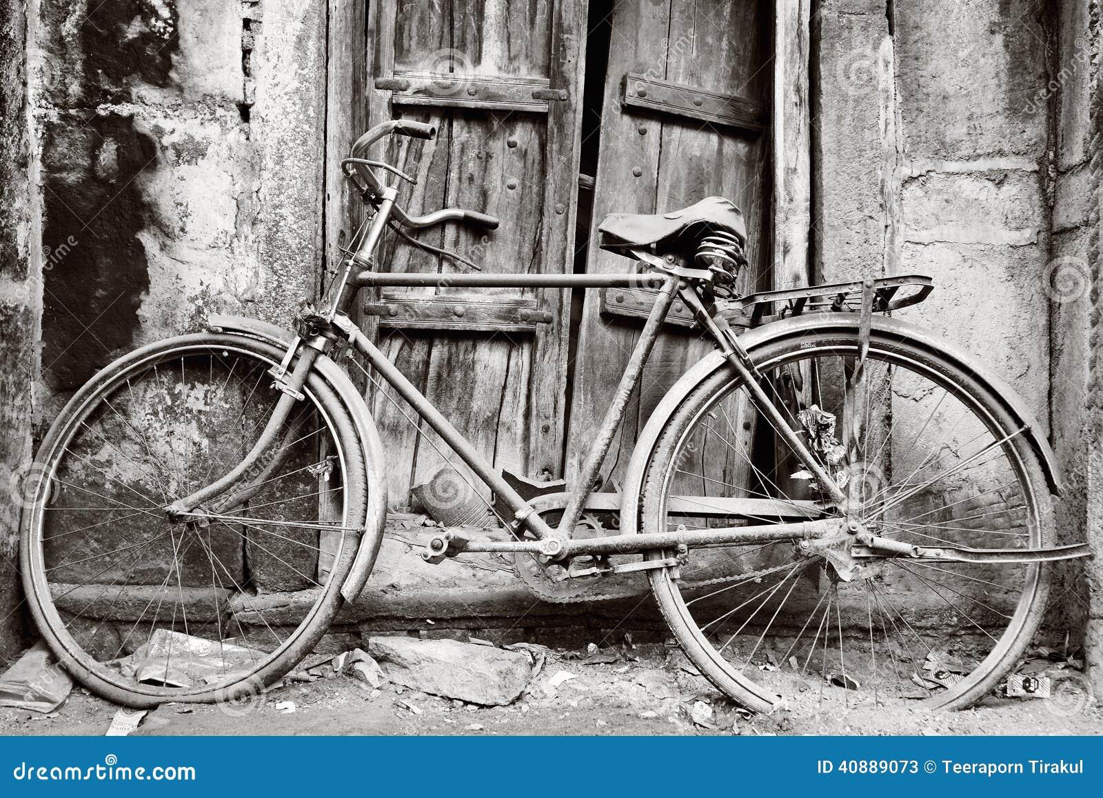 Vieille bicyclette noire et blanche