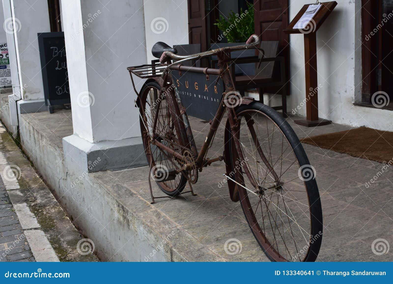 Vieille bicyclette Sri Lanka de pied