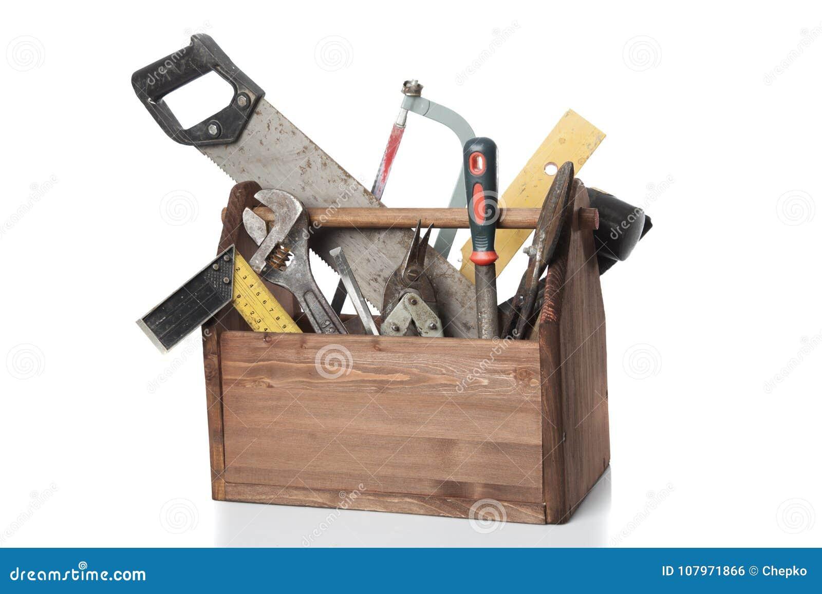 Vieille boîte à outils de Wooden de charpentier avec des outils d isolement sur le blanc