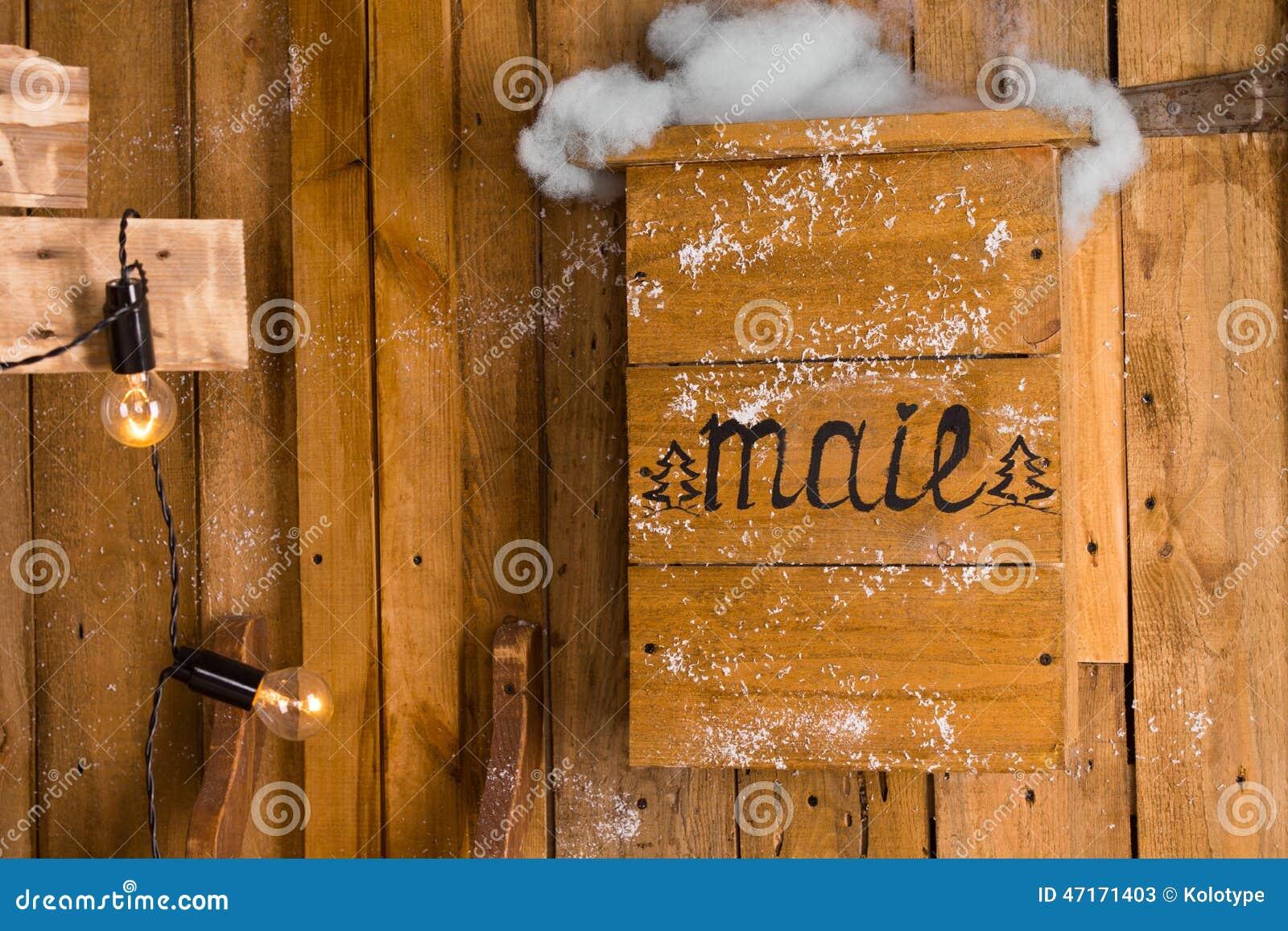 vieille bo te aux lettres en bois dans un jour neigeux de l 39 hiver photo stock image 47171403. Black Bedroom Furniture Sets. Home Design Ideas