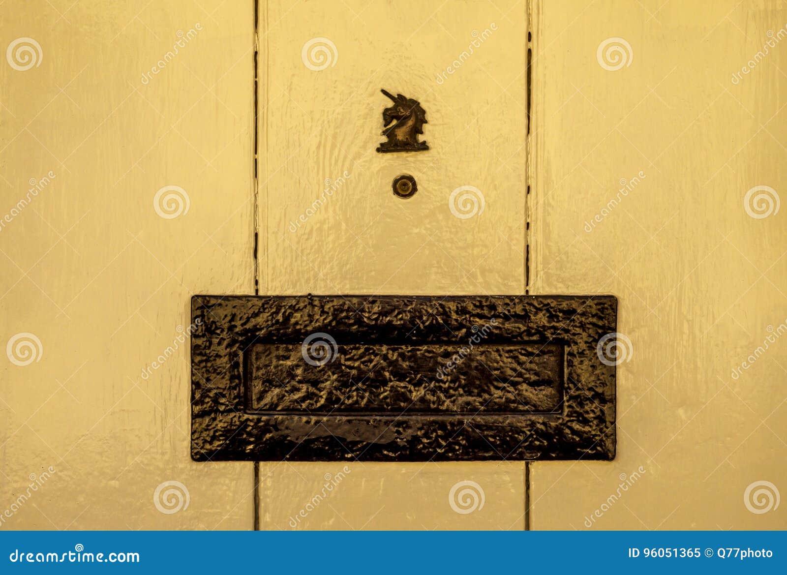 Vieille boîte de lettre dans la porte, manière traditionnelle de fournir des lettres