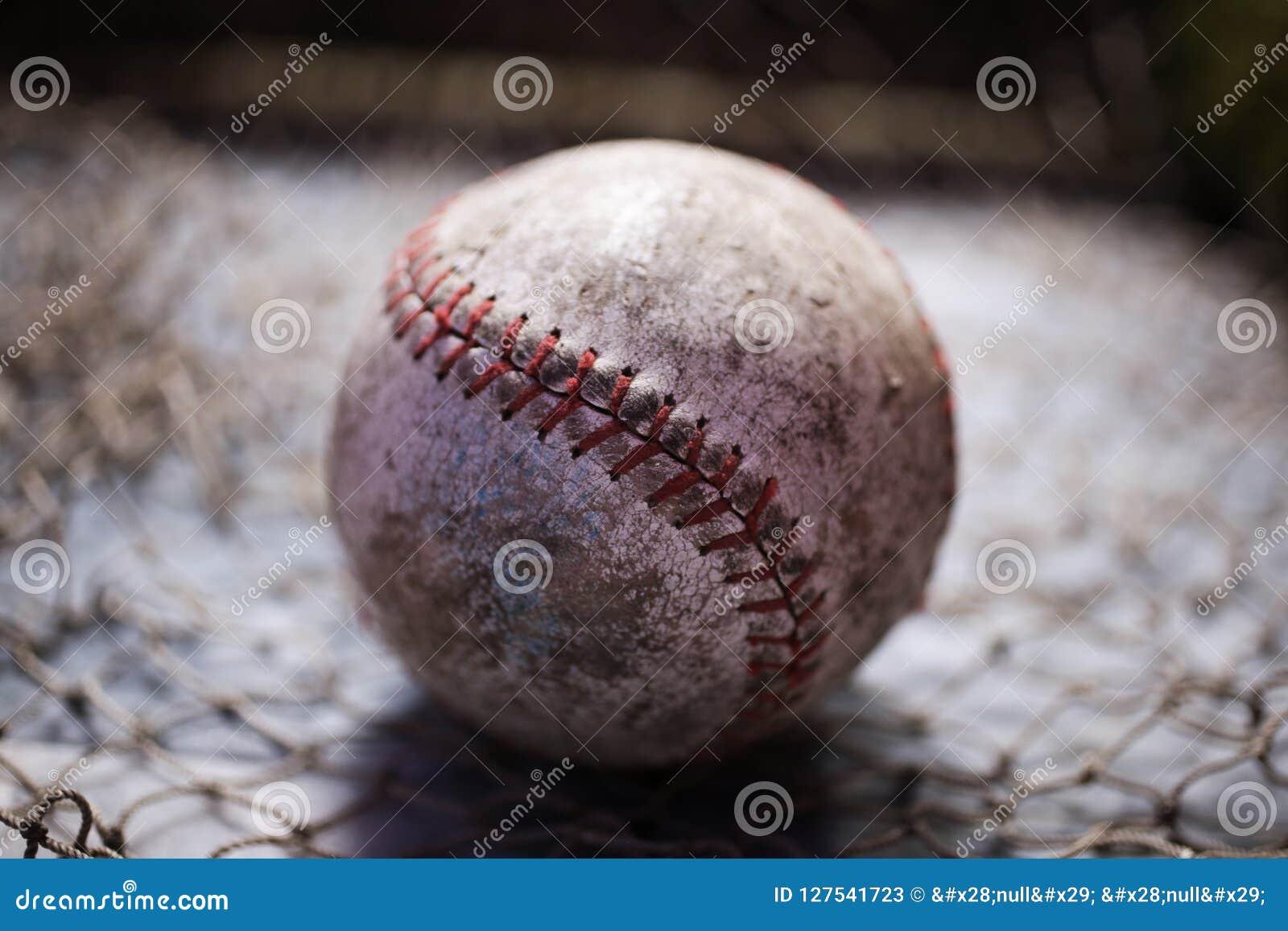 Vieille boule jouée de base-ball