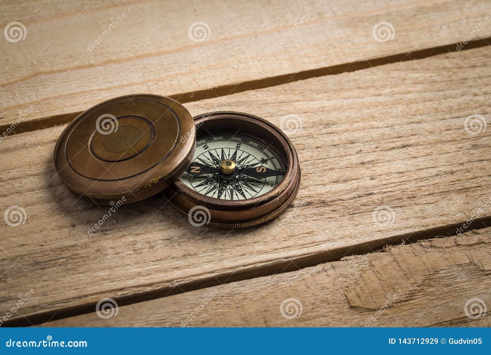 Vieille boussole de cru sur la table