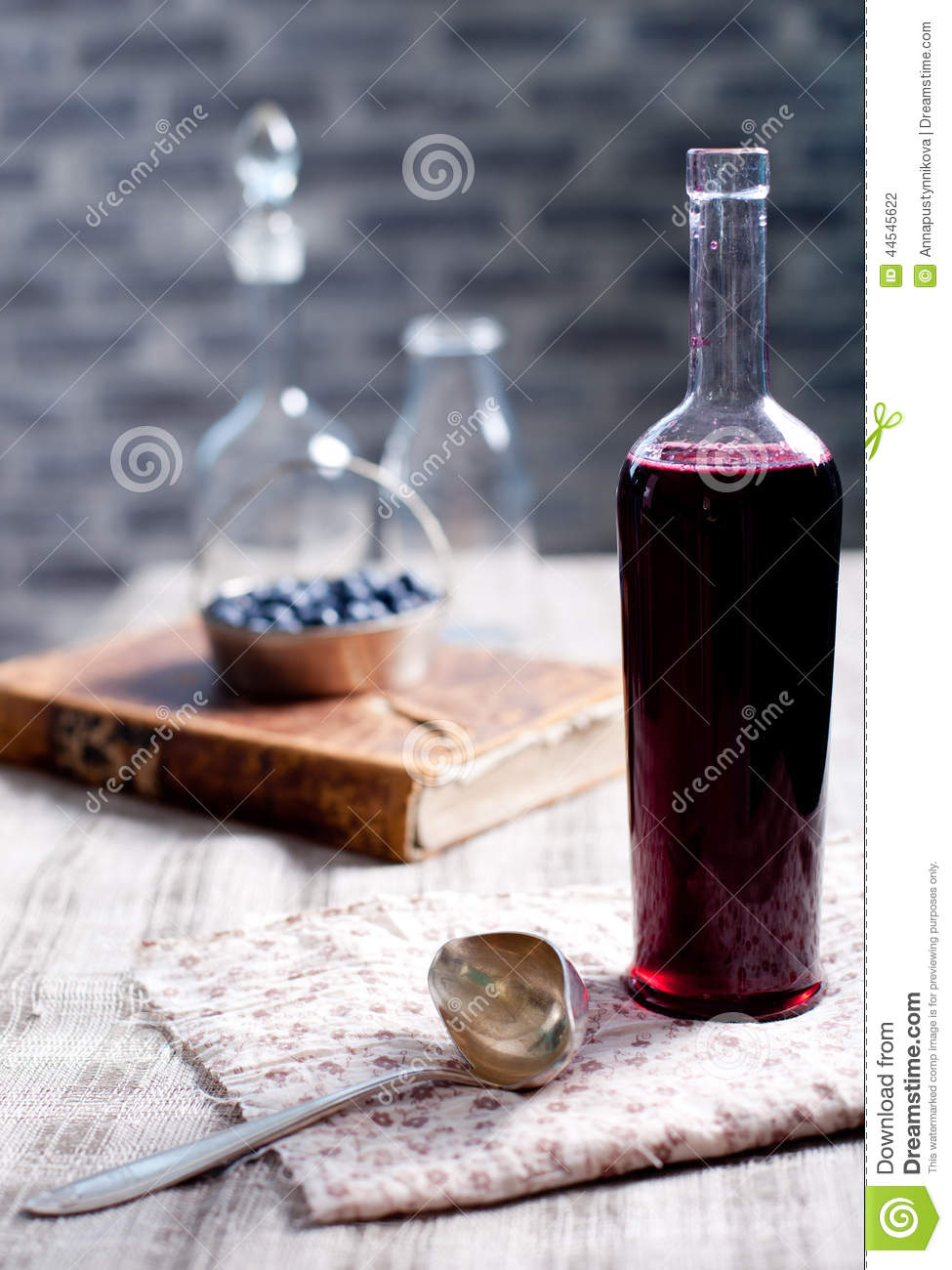 vieille bouteille de vin avec du vinaigre fait maison de baie photo stock image du ferm. Black Bedroom Furniture Sets. Home Design Ideas