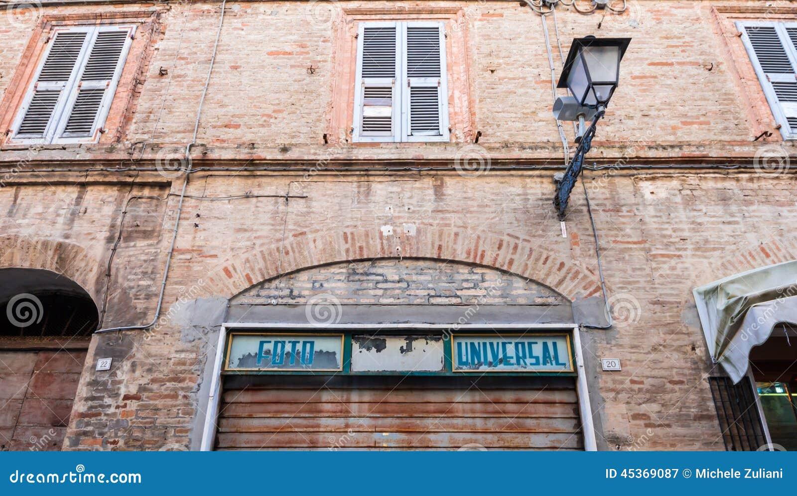 Vieille boutique de photographe fermée en Italie