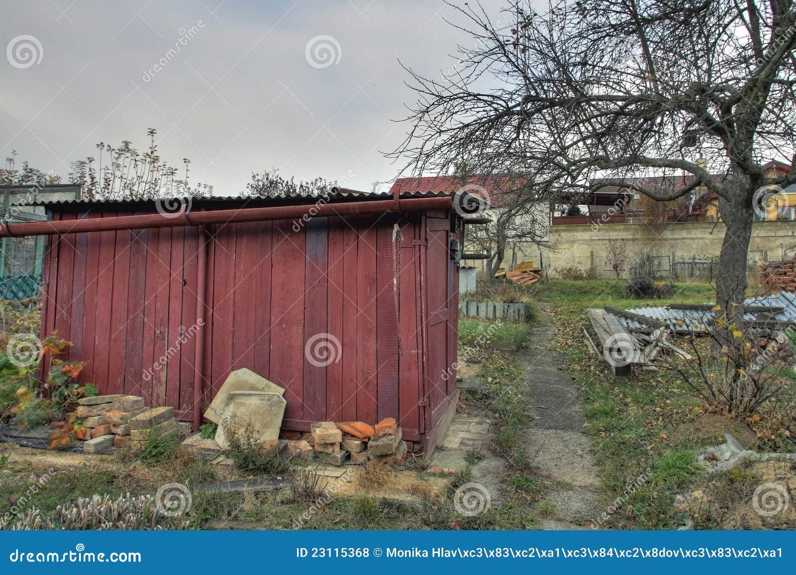 Vieille cabane dans le jardin photos libres de droits for Cabane outil jardin