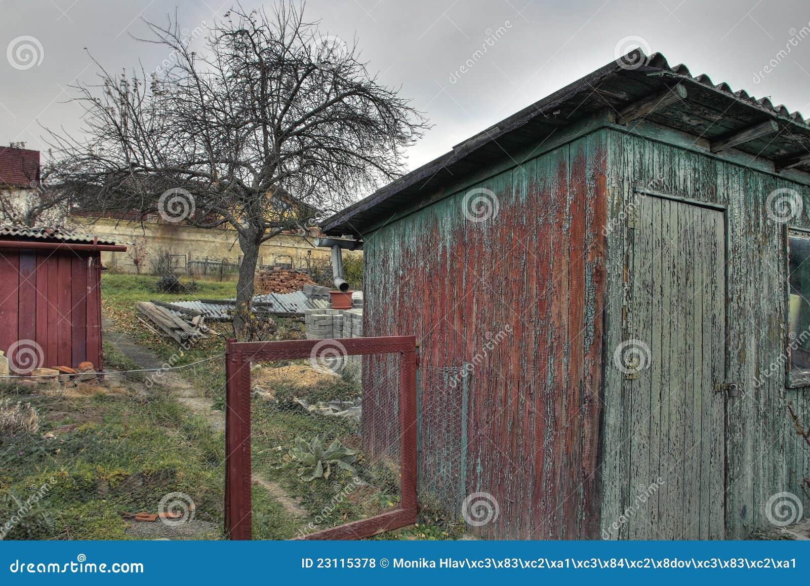 vieille cabane dans le jardin photos libres de droits image 23115378. Black Bedroom Furniture Sets. Home Design Ideas
